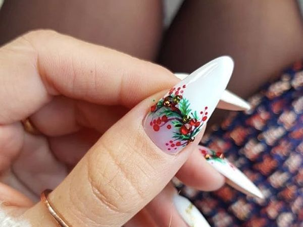 Upgrade Your Holiday Mani With Mistletoe Nail Art