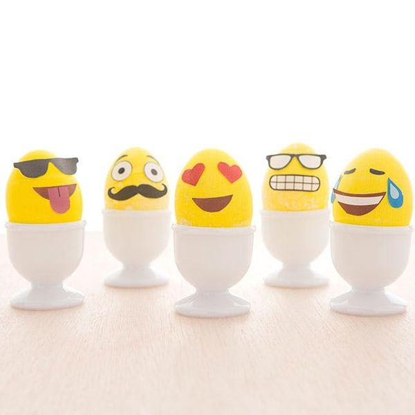 How to Make Emoji Easter Eggs (+ Free Printable!)