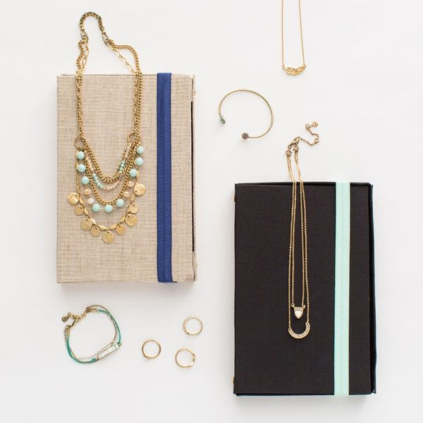 This DIY Jewelry Organizer Looks like a Notebook