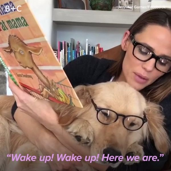 Jennifer Garner Reading to Her Dog Is the Best Thing You'll See All Day
