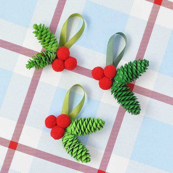 Reindeer Balloons, Geometric Tree Skirts, Gift Wrapping Ideas, and More Last-Minute Holiday Crafts