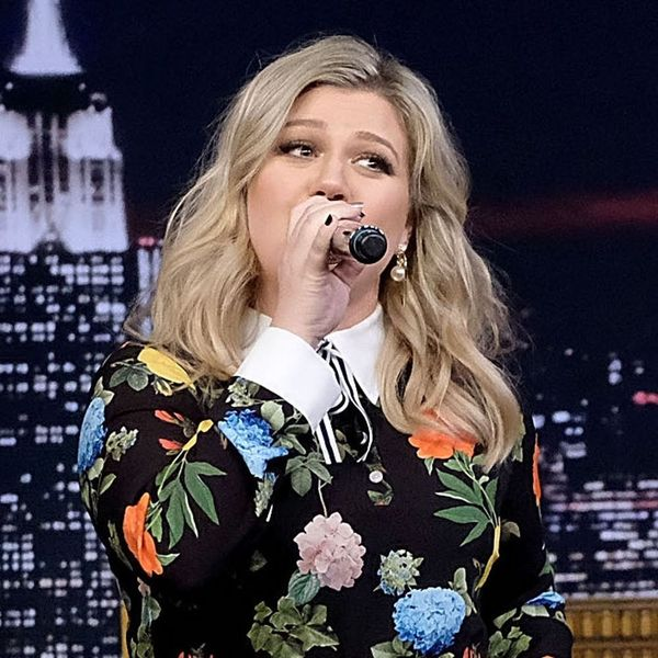 Kelly Clarkson Sang a Google-Translated Version of 'Stronger' and We Can't Stop Laughing