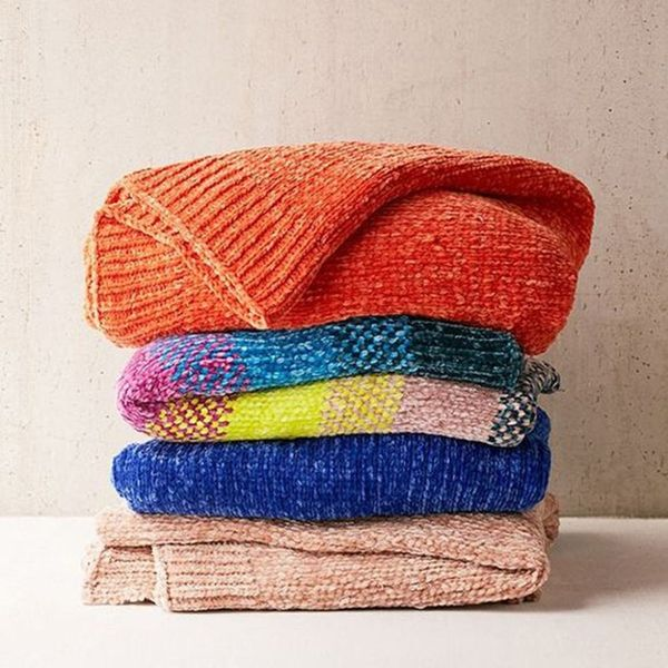 12 Cozy Throws to Help You Survive This Frigid Winter in Style