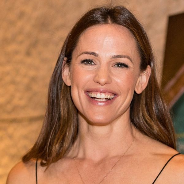 Jennifer Garner Lulling Her Dog to Sleep With Bedtime Stories Is the Best Thing You'll See All Day