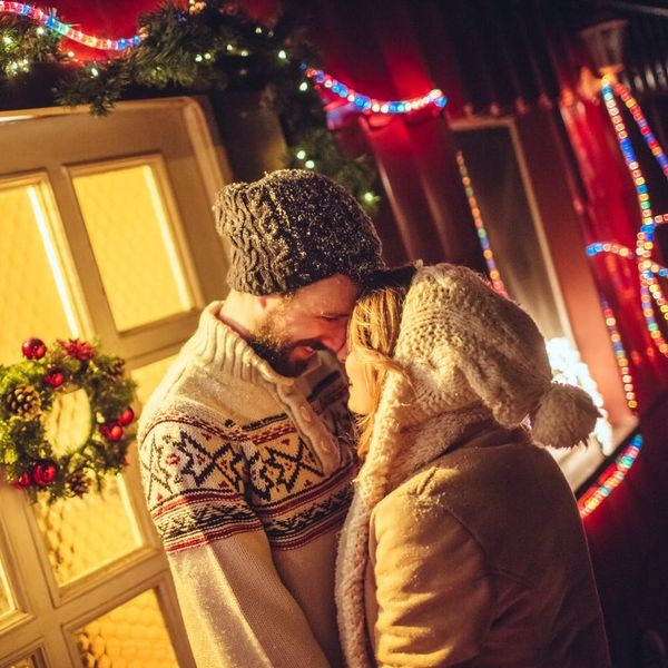 6 Etiquette Rules for Cheerful Mistletoe Kisses