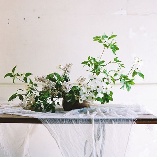 17 On-Trend Floral Arrangements for Minimalist Weddings