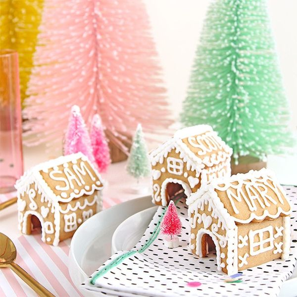 These Gingerbread House Placecards Are Perfect for Your Party