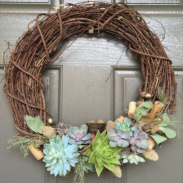 This Non-Traditional Holiday Wreath DIY Is a Must-Make