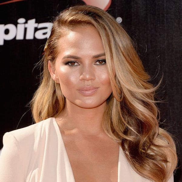 Morning Buzz! Chrissy Teigen Is a Multitasking New Mom + More