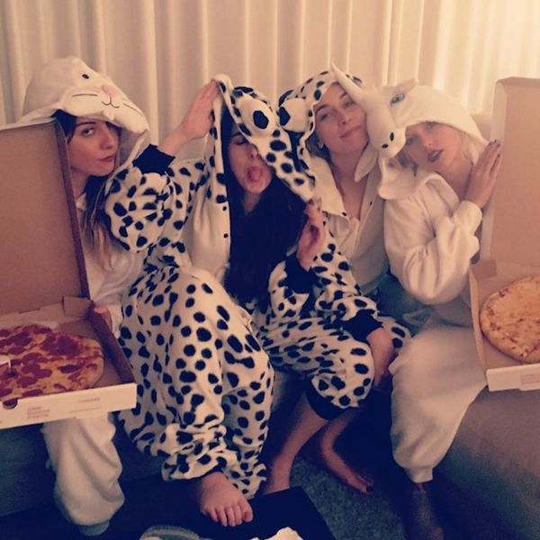 Morning Buzz! Taylor Swift's Sleepover Had Unicorn Onesies and Pizza Because Taylor Swift + More