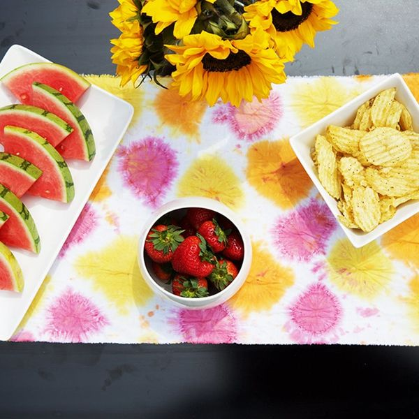 This DIY Tie Dye Polka Dot Table Runner Is Summer Picnic-Approved