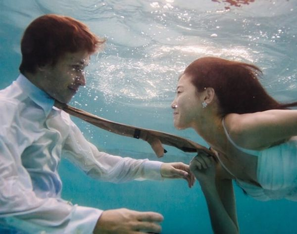 15 Underwater Wedding and Engagement Photos That Are AMAZING