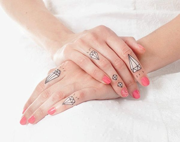 How to Detox Your Nails Like Miley